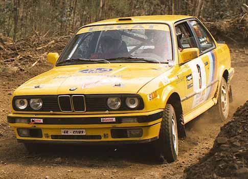 BMW 325 iX Participando en Rally de tierra.