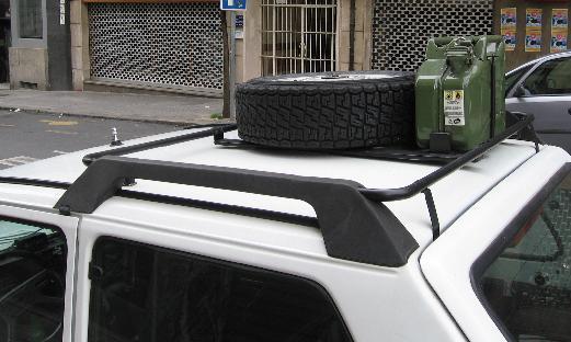 FIAT Panda 4x4 Trekking. Baca con rueda de repuesto y bidon de gasolina.