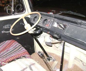Volkswagen T2 Pick-up. Interior. Volante y cuadro de mandos.