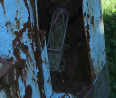 Carroceta abandonada. Detalle logotipo Barreiros en el acelerador.