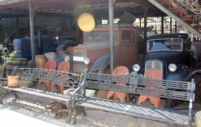 Antigüedades y mobiliario urbano Juan Burgos. Coches antiguos