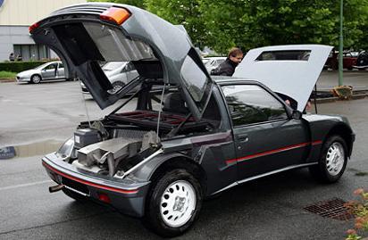 Peugeot 205 T16. Versión de calle con los capos abiertos