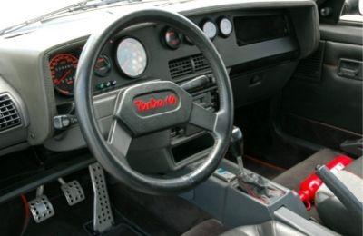 Interior Peugeot 205 Turbo 16. Salpicadero y volante específicos.
