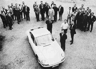 El primer Porsche 901 y su equipo de desarrollo