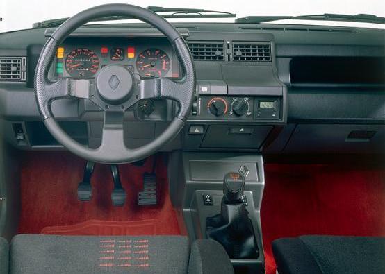 Interior Renault 5 GT Turbo. Moqueta roja